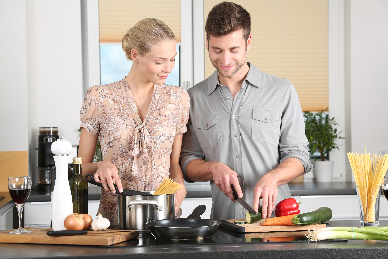 Couple en cours de cuisine