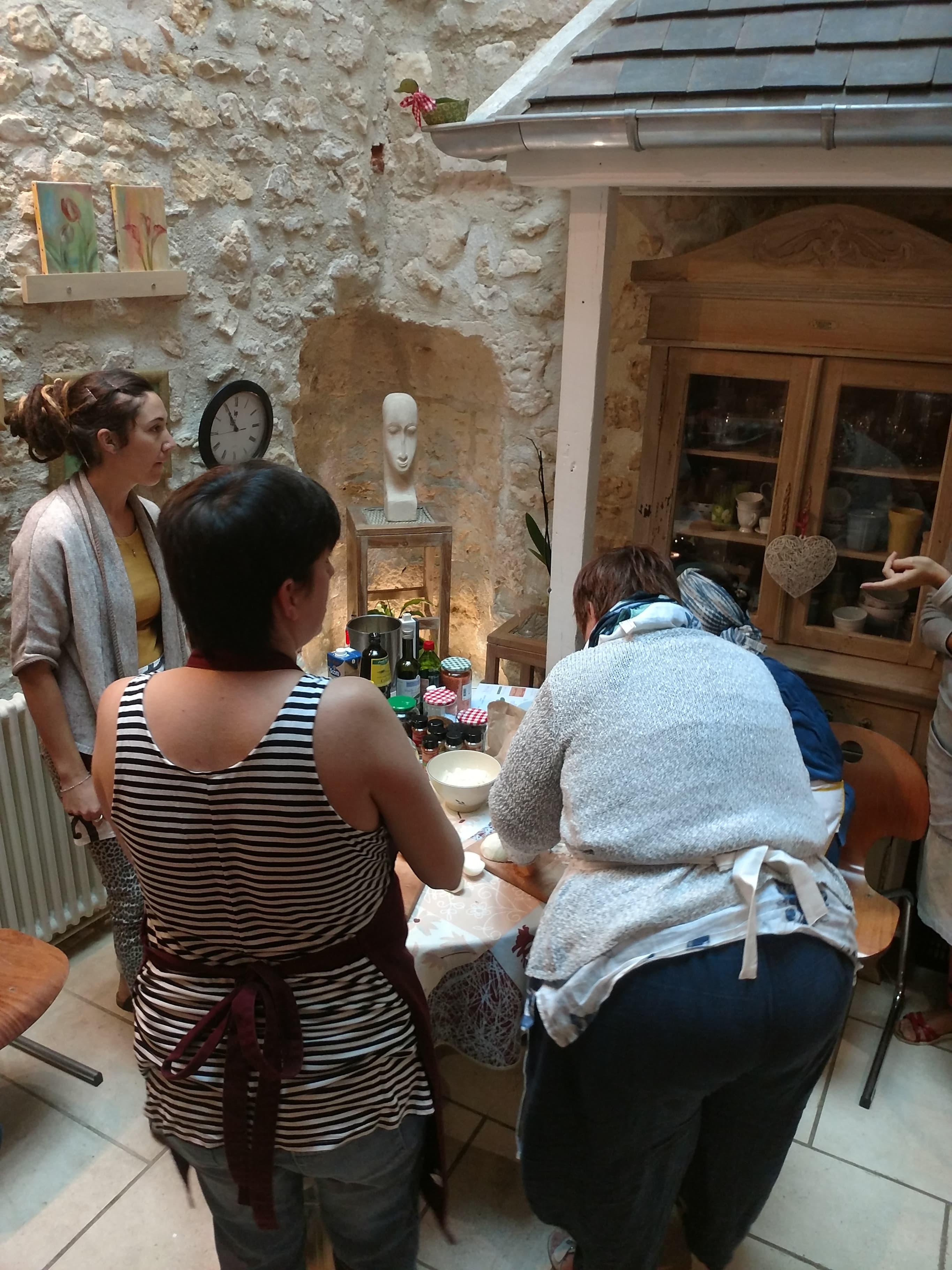 Femmes de dos atelier naturocuisine dans l'Oise