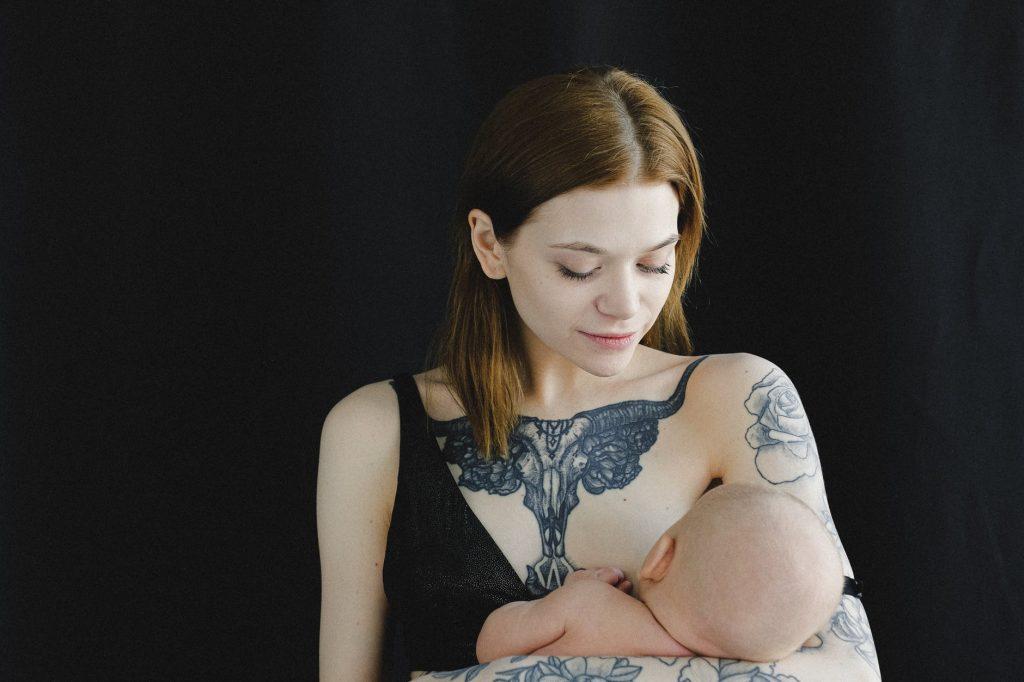 jeune femme allaitant son bébé alimentation et allaitement